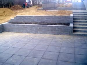 Støttemur og trappe i betonn.
