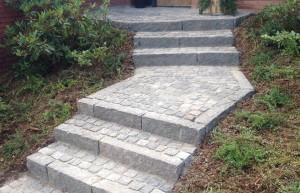 Ekslusiv granit trappe med kantstens-trin og chausséstens-repos i skandinavisk granit