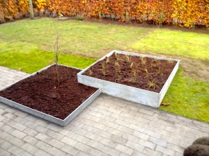 Plantekasser integreret i terrassen.